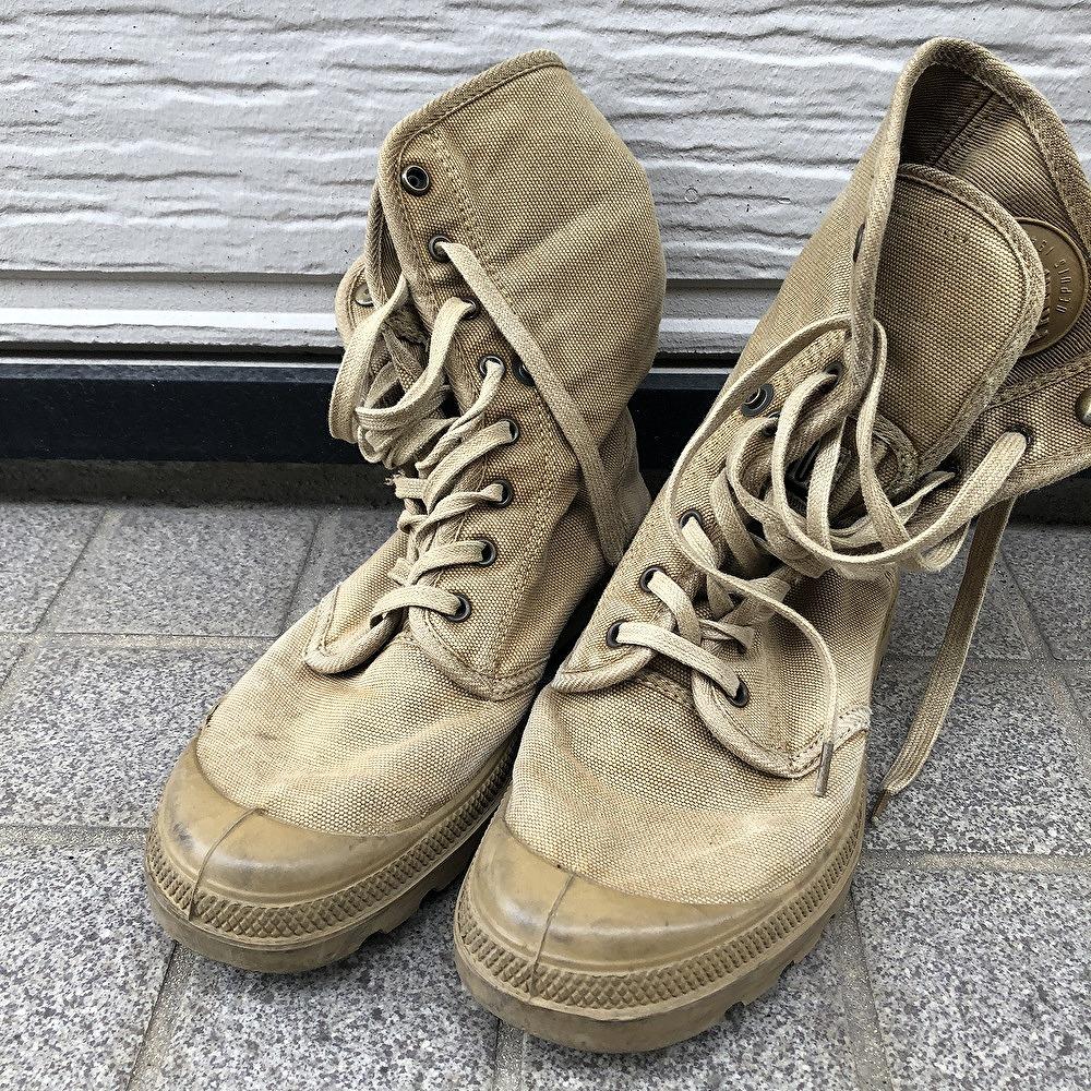 地面, 靴, 座っている が含まれている画像  自動的に生成された説明